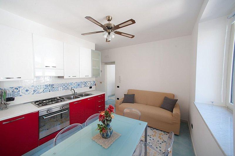 Vietri sul Mare Villa Sleeps 4 with Air Con and WiFi - 5310353, holiday rental in Raito