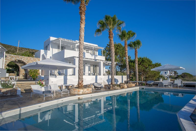 Villa Agia Irini Cove 3 with common pool, alquiler vacacional en Paros