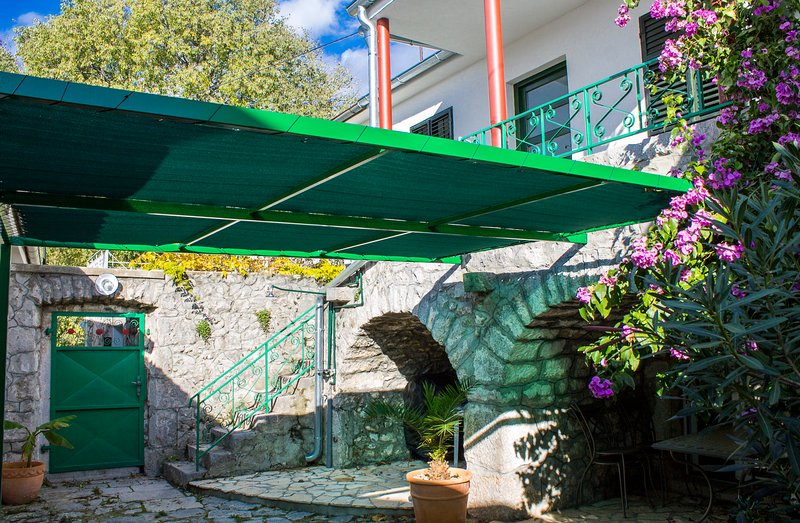 Stone house with private garden, 4 people, aluguéis de temporada em Crikvenica