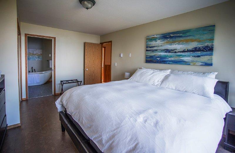 Re camera matrimoniale con bagno privato; vista mare diretta da questa stanza