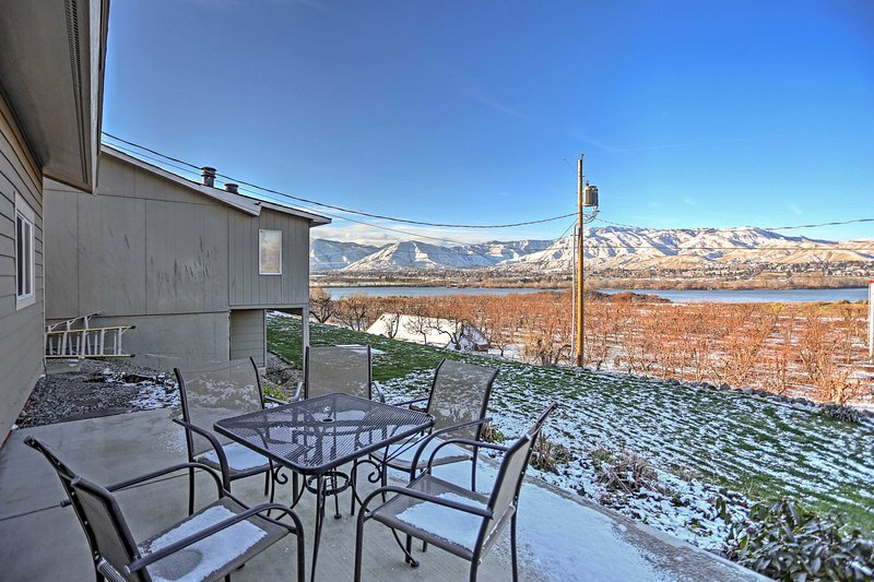 With breathtaking views of the Wenatchee and Columbia Rivers, as well as the Cascade Mountain Range, this beautiful home sleeps 6 guests and is the ideal retreat for a couple or families to create lasting memories!