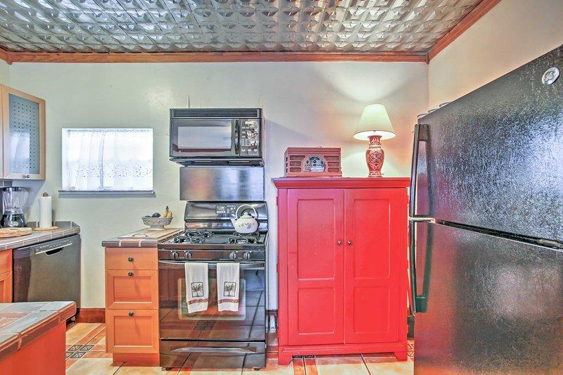 La cocina está equipada con todo lo necesario para crear una obra maestra culinaria.