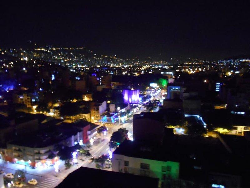 """""""La Setenta"""", la calle 70, una vista de la activa vida nocturna de Medellín"""