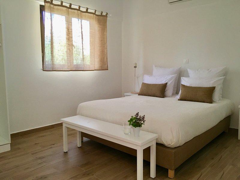 Votre chambre, lit king size, literie de qualité.