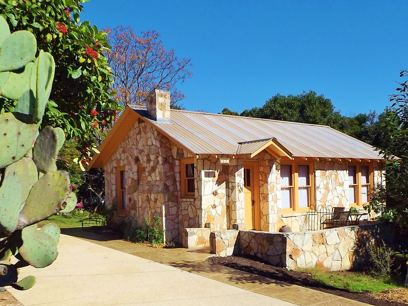 The Painter's Cabin - Hill Country Charm in Eclectic Methodist Encampment, holiday rental in Ingram