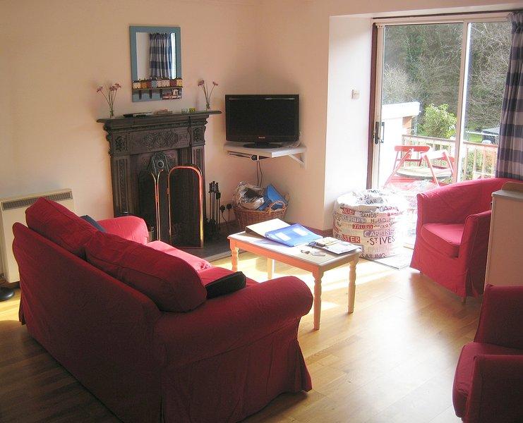 A sala de estar de plano aberto, tem vista para o pátio e jardim.