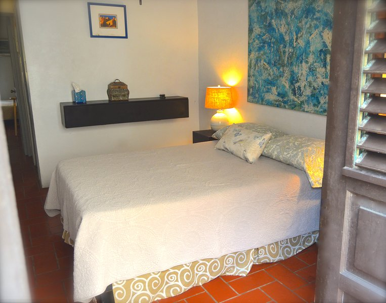 La habitación privada cómoda, con un balcón con vistas a la calle Sol.