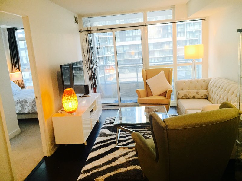 Prime Location 2BD/2WR Luxury Downtown Condo, holiday rental in Toronto