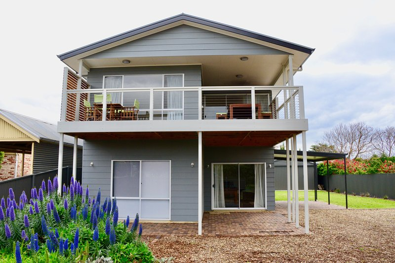 Heaven on Herbert in Normanville's Best Spot! New Home that Sleeps 12!, vacation rental in Wirrina Cove