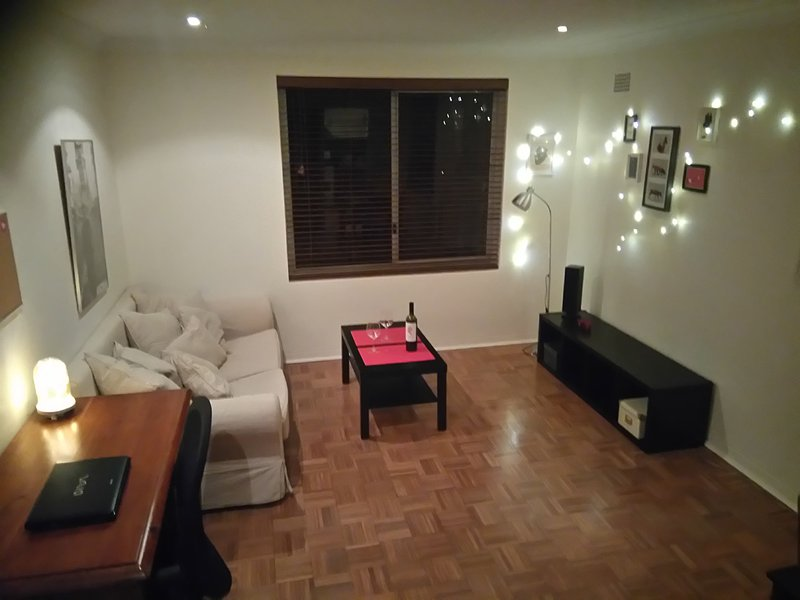 Newtown - Perfectly located top floor apartment, holiday rental in Stanmore
