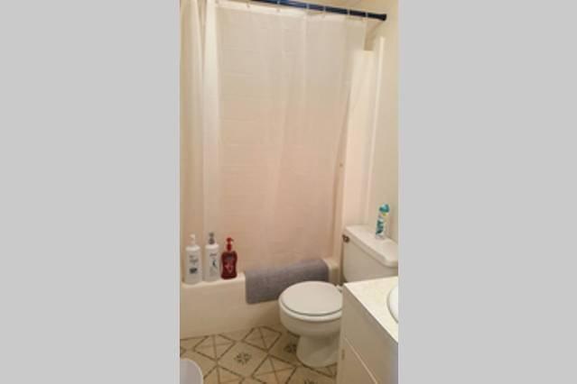 Salle de bain complète privée avec articles de toilette: serviettes, shampooing, revitalisant, et le corps de lavage