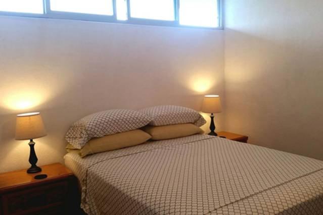 Suite w / salle de bains privée complète dispose d'un lit queen-size, TV à écran plat, d'une connexion Wi-Fi