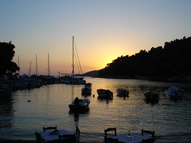 Um lanche ao pôr do sol na praia .....