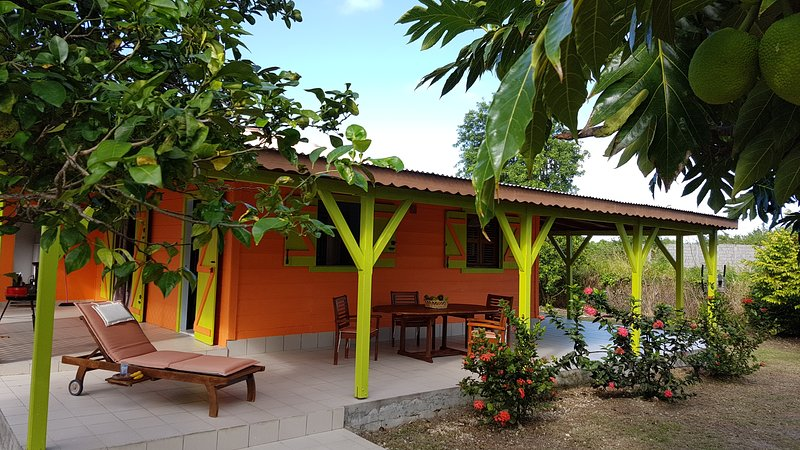 Maison créole dans ravissant jardin, location de vacances à Le Moule