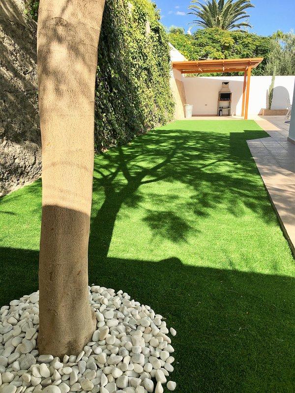 Surface du jardin de plus de 100 m² avec de l'herbe artificielle.