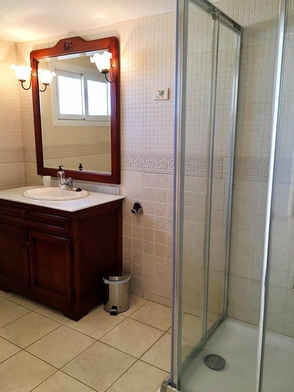 salle de bains de chambre double en suite.