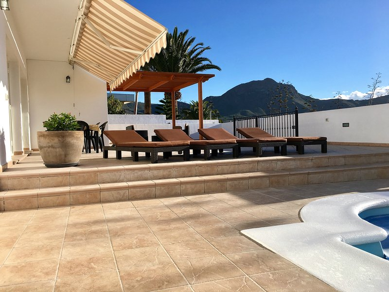 La villa dispose de 9 transats confortables avec mat épais.