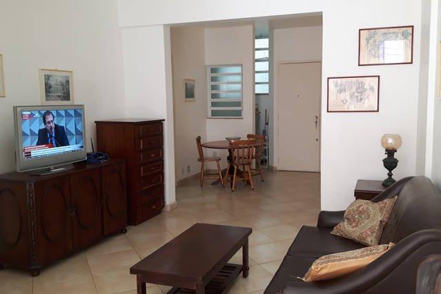 Sala de estar com mesa de refeições ao fundo / Living room with table