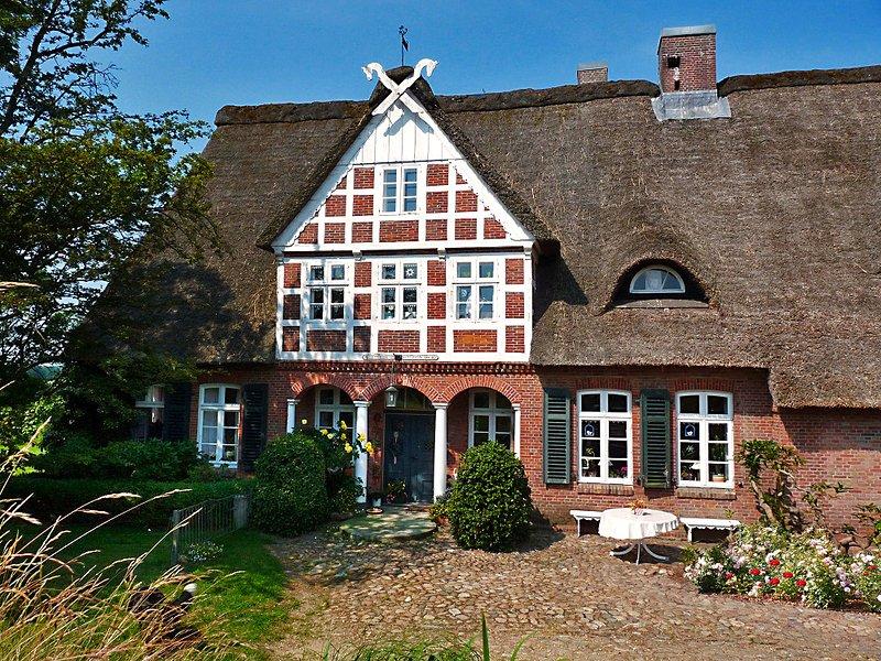 Gästehaus Mühlenhof | Reetdach-Ferienhaus mit eigenem Bootsanlegesteg, holiday rental in Gruenendeich