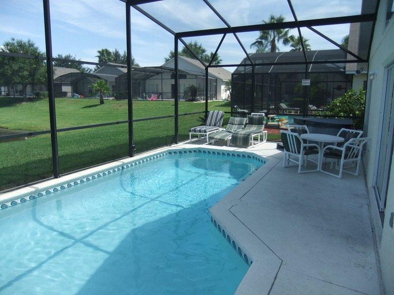 banheira de água quente está sentado no deck da piscina.