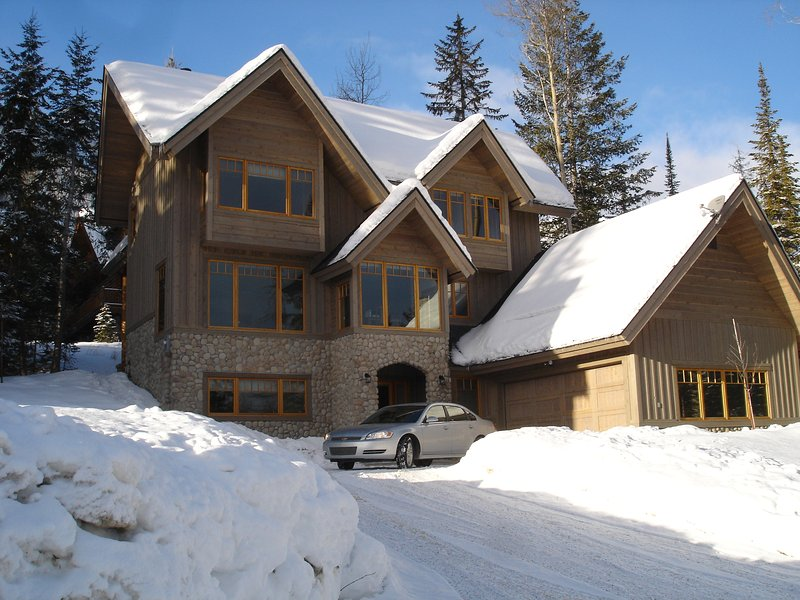 Columbia Mountain Lodge - with heated double garage and plenty of off road parking