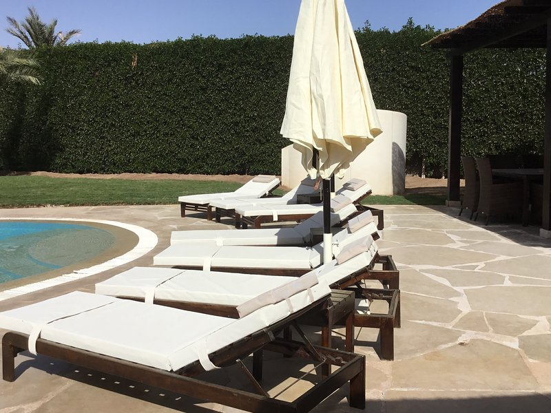 7 x loungers with external enclosed shower
