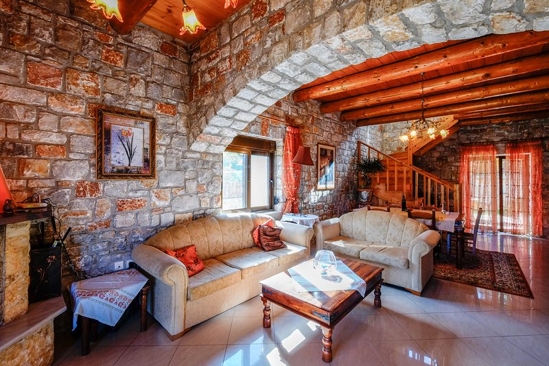 Stone Pool Cretan Mansion, casa vacanza a Pirgos Psilonerou