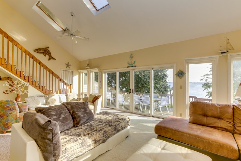 *WATERFRONT* SPACIOUS* 25 STEPS TO BEACH*, vacation rental in Norfolk