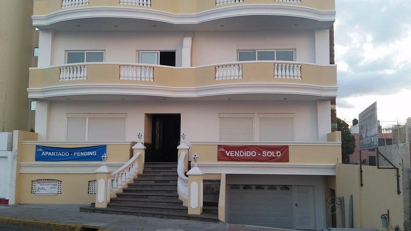 ElAriss 620 playa de entrada del edificio de apartamentos frente