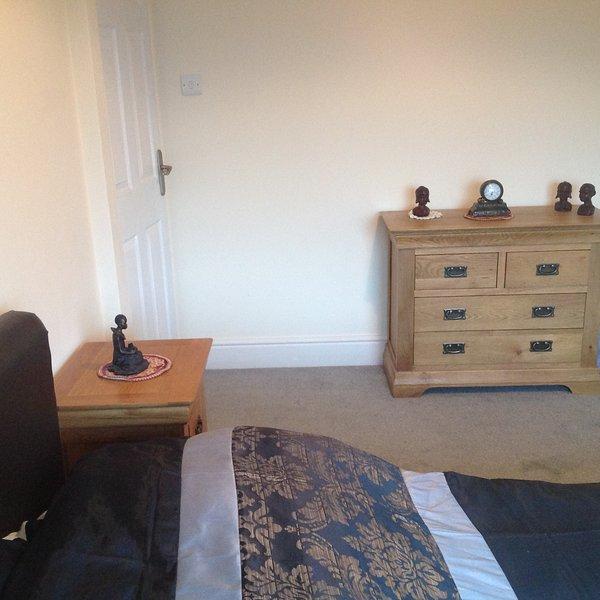 Schlafzimmer alle neuen Möbel und Bett mit Memory-Foam-Matratze so komfortabel 5mtr x5 mtr