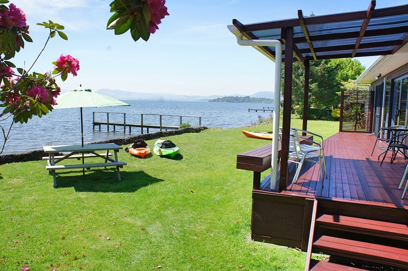 Parawai Lakehouse Sanctuary - Absolute Lake front, vacation rental in Tikitere