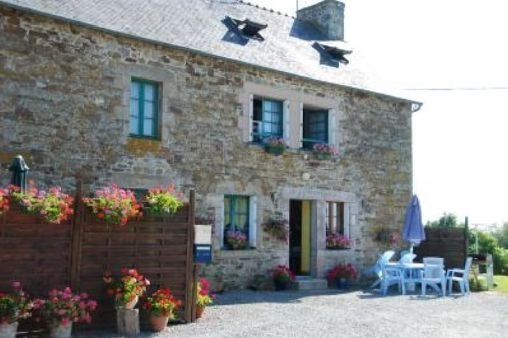 Nice house in Jugon-les-Lacs & Wifi, vacation rental in Broons