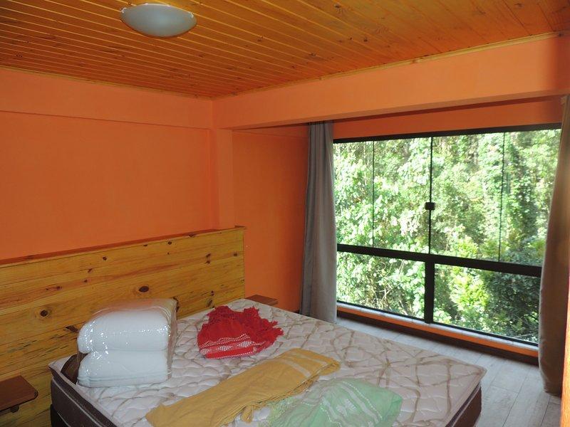 chambre double avec bac à litière quenn, donnant sur la forêt et placard