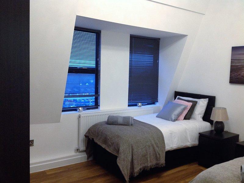 Uma vista de uma das camas de solteiro no primeiro quarto.