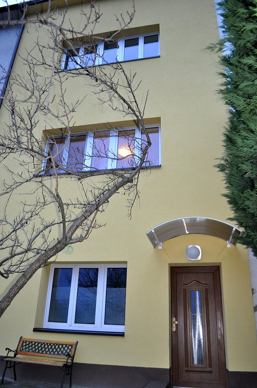 fenêtre avec la lumière est commuté de l'appartement
