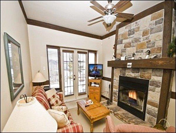 Rilassati accanto al Lovely Stone Fireplace nel Living Room