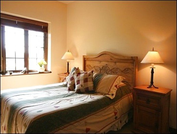 Camera da letto offre un comodo letto queen size