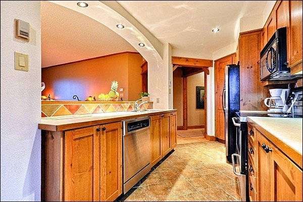 Fullt utrustat kök med massor av öppet utrymme