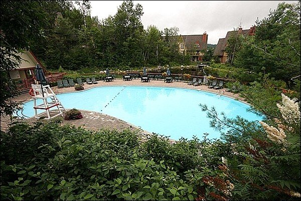 Divirta-se na piscina ao ar livre compartilhada em um dia de verão