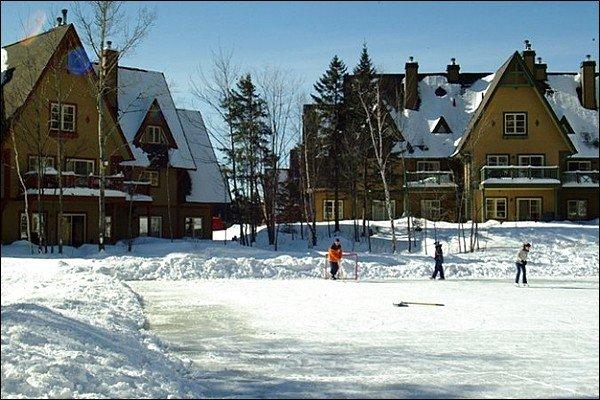 Lago congelado se torna uma pista de patinação no inverno