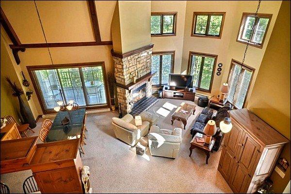 O luxuoso conceito aberto sala de estar e sala de jantar Arial View