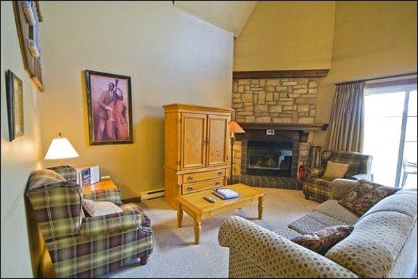 La sala de estar cuenta con una acogedora chimenea de gas y TV por cable