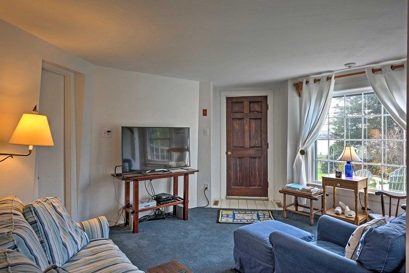 Große Fenster füllen das Haus mit warmem, natürlichem Licht.