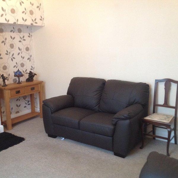 Lounge mit 2 x2seater Sofas und Eichenmöbel
