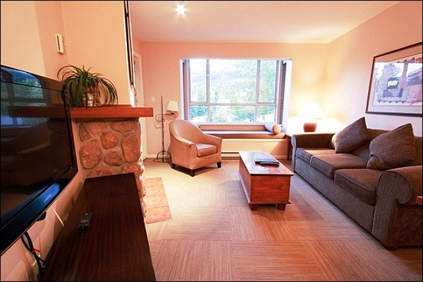 Short Walk to Both Mountain Gondolas / 214939 Chalet in Whistler