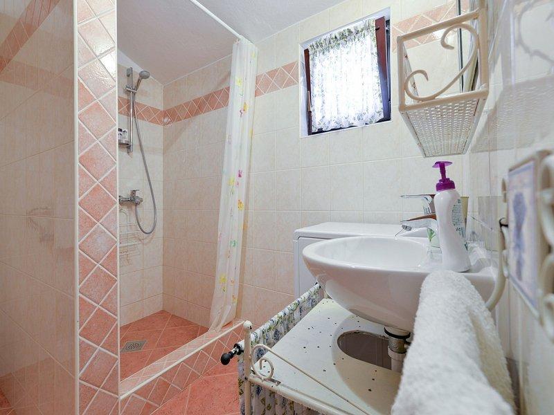 H (4 + 2): salle de bain avec toilette