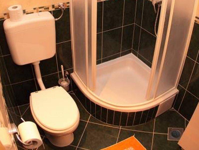 Crveni (2 + 1): bagno con wc