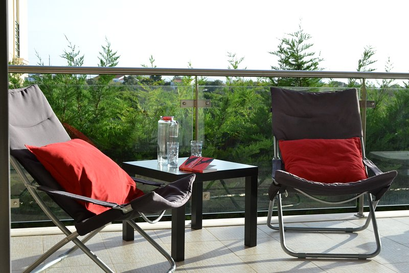 Beautiful 2 bed apartment -wifi & BBQ, alquiler de vacaciones en Olhos de Água