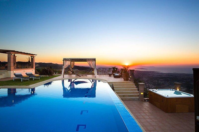Golden Hill Seaview Villa, Malaxa Chania, location de vacances à Malaxa