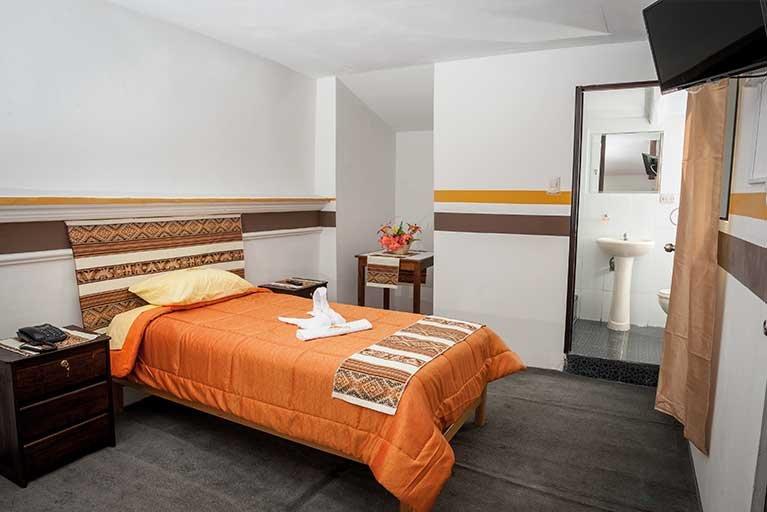cama de casal, incluindo casa de banho privativa, tv a cabo, wi-fi, café da manhã